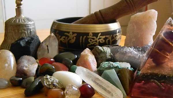 ¿Cómo limpiar y cargar las piedras para la suerte?